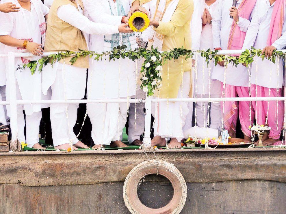 মাঝ ব্ৰহ্মপুত্ৰে বাজপেয়ীর চিতাভস্ম বিসর্জন দিলেন মুখ্যমন্ত্ৰী সোনোয়াল