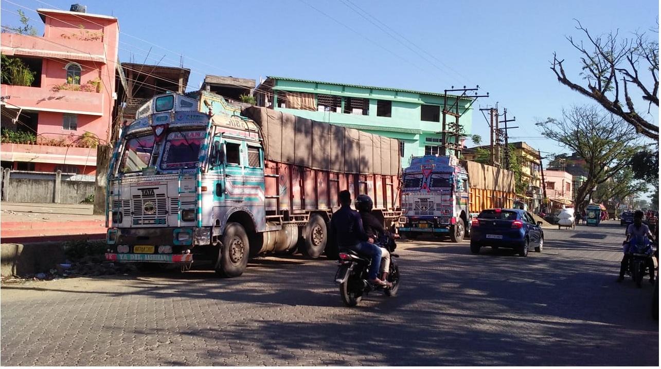পুলিশি তল্লাশিতে বাজেয়াপ্ত কাঠ বোঝাই ট্ৰাক